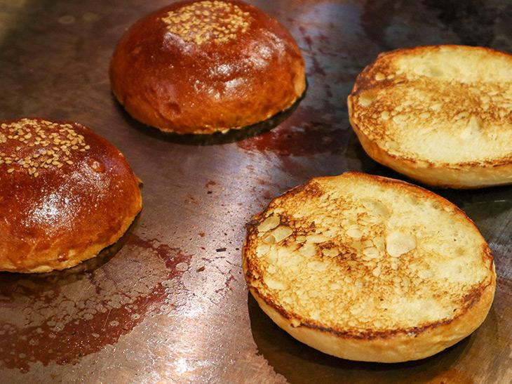 バンズは、「カイザー・トラディショナル」という特別な粉を使用した希少なもの。毎日、焼きたてが工場から運ばれてくる