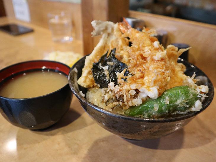 「天丼」800円は、海老、キス、イカ、春菊、ノリ、シシトウの天ぷらがのっています