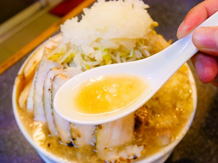 スープは最初、黄金色で透明感も。中盤からはドスッと力強くなってくる