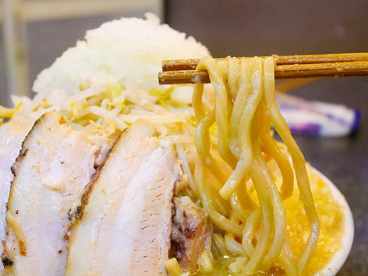 やっと引っ張り出せた麺は太麺。中太麺と太麺の2種からセレクトできる