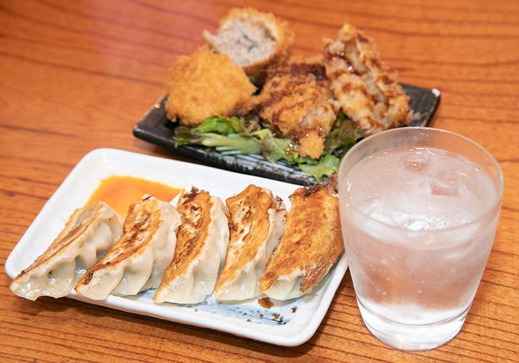 「コロッケ・メンチセット」「餃子」「芋かのか濃醇まろやか仕立て」(ソーダ割)