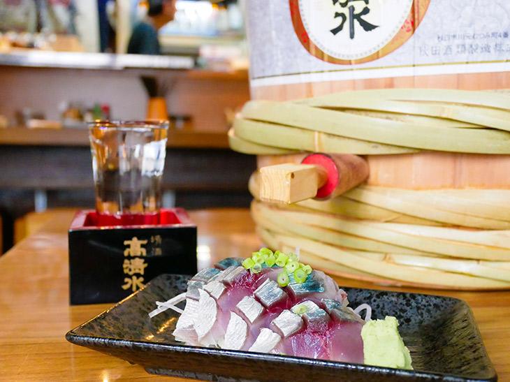 浅草の名大衆酒場『赤垣』で「シメサバ」を肴に「樽酒」を楽しむ!