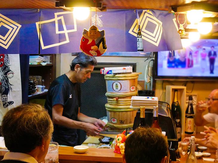 L字型のカウンター席から先に客が埋まる。会話を楽しみつつ美味しい酒と肴を