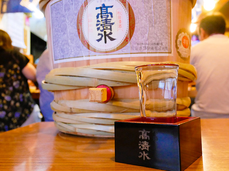 「高清水の樽酒」1杯500円。マスに入って提供される