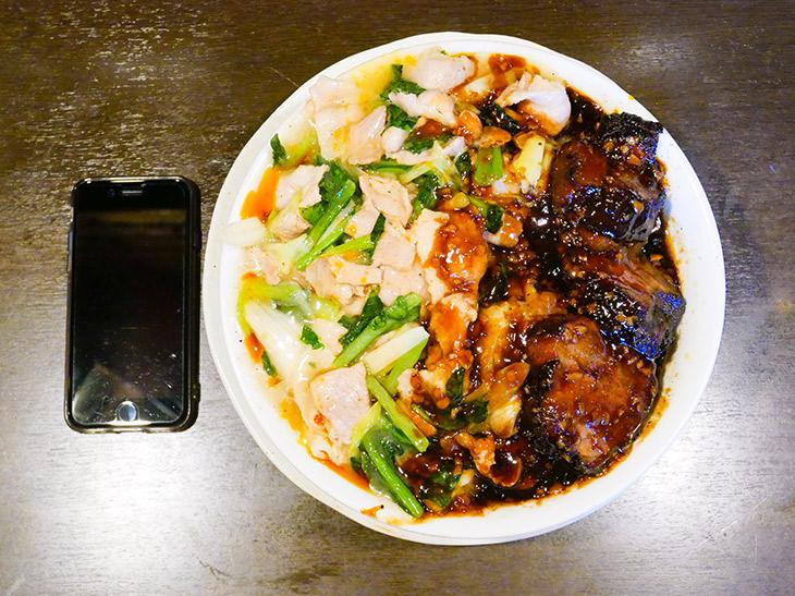 「豚祭飯」1480円にごはん「大の小」+200円で1680円。ツヤッツヤの塩あんかけとソースだれの豚肉2種が山盛りに。確かに祭りだ~!