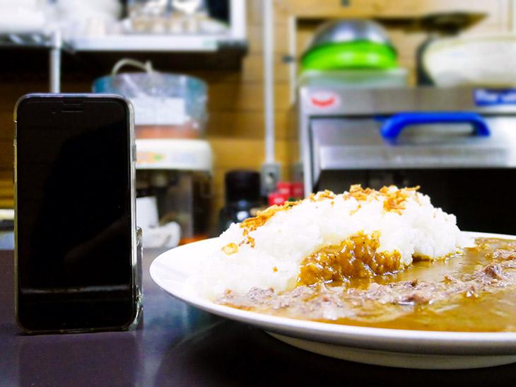 ごはんの山の高さで約8cm。ルーはお皿のフチいっぱいまで盛り付けられている