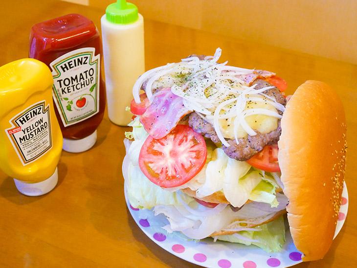 肉々しすぎる! 横須賀『LAUNA』で約2kgの巨大バーガーを食べてきた!