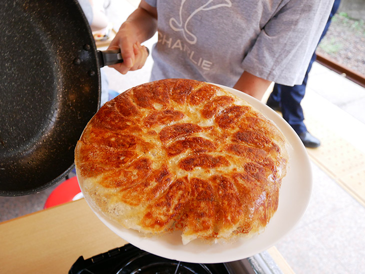 見事な焼き色の餃子が完成! 油もしかず、水も加えず、ただ焼くだけ!