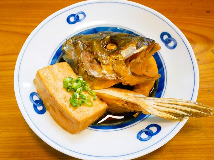 「あら煮」670円。この日はシャケ、シマアジなどのアラを炊いたもの。豆腐の煮付けも一緒に