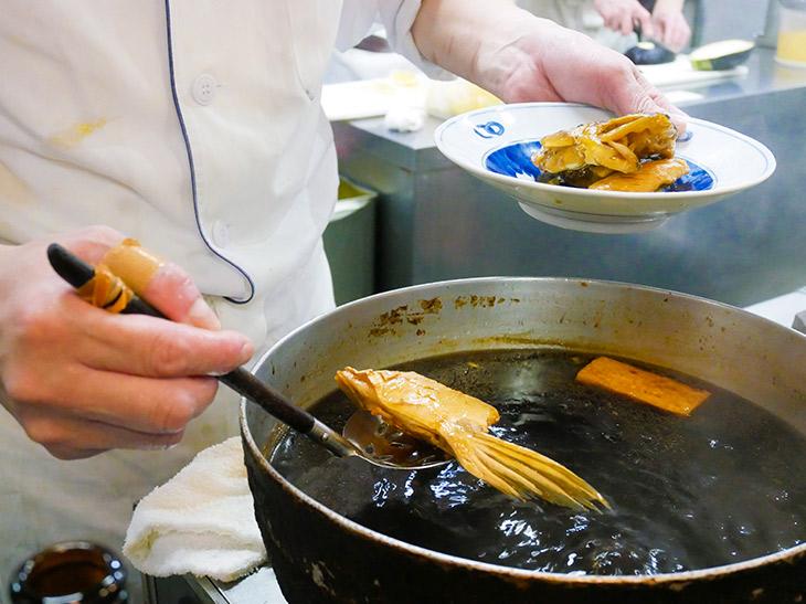 カウンターの奥では大勢の調理人さんが野菜や刺身を切ったり盛り付けたり。キビキビと働く姿を眺めつつ自分の注文した品が出てくるのを楽しみに待つ
