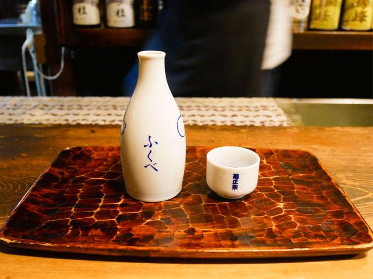 「特選 菊正宗」の熱燗700円。日本酒は550~700円