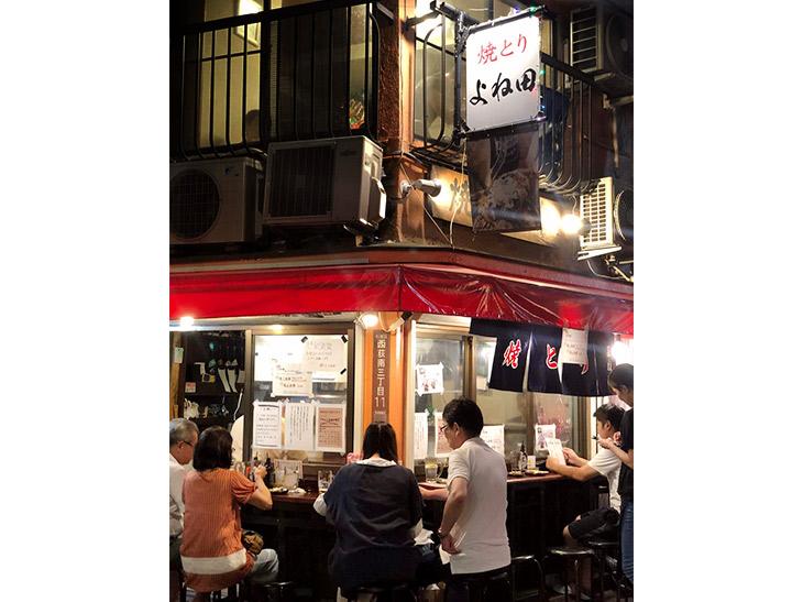西荻窪本店。2階は予約可能ですが、1階のカウンター席は、いつも満席なので、退店するお客さんのタイミングを見計らい、スッと座りましょう