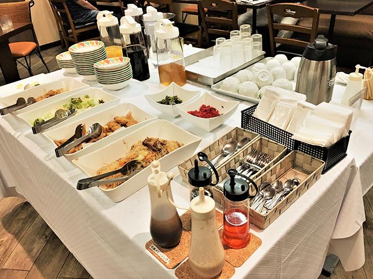 「付け合わせ&サラダ食べ放題」「フリードリンク」「日替デザート」が、カレーの代金にすべて含まれています!