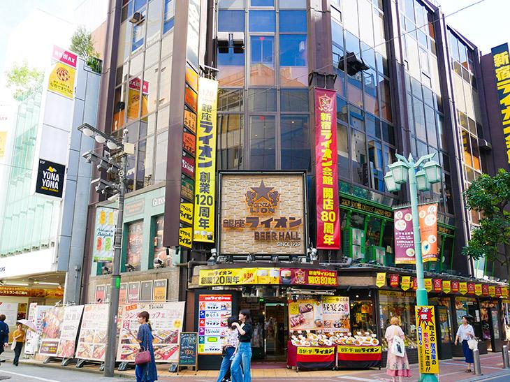 JR新宿駅東口からすぐ、ビックロのそばにある新宿ライオン会館。気軽にサクッと飲めるB1と1Fのビヤホールのほか、スポーツ観戦もできる2Fの「THE DUBLINERS'IRISH PUB」、本格釜焼きのピザが美味しい3Fの「ワイン食堂 ブルマーレ」、ジンギスカン、しゃぶしゃぶ食べ放題も楽しめる4Fの「ジンギスカンビヤホール ライオン」、親方手仕事の料理が自慢の5F和食の「銀座ライオン 安具楽」。6Fの宴会場など、様々なシチュエーションで使い分けができます