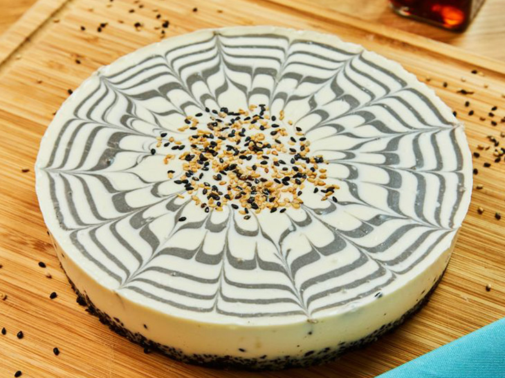 「黒ごまとヘーゼルナッツのマーブルチーズケーキ」1ピース800円、ホール4800円