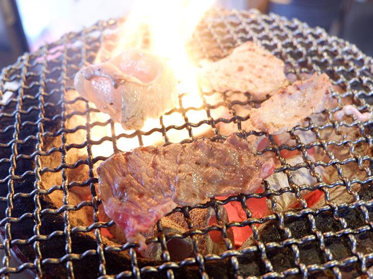 ホルモンは網にのせたとたんに脂が火に落ちて燃え上がります