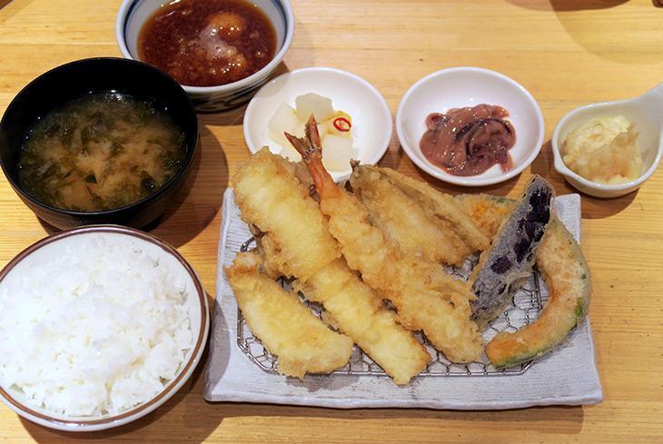 天ぷら、ごはん、味噌汁がついて990円という価格設定で店が成り立つのか心配になるレベル