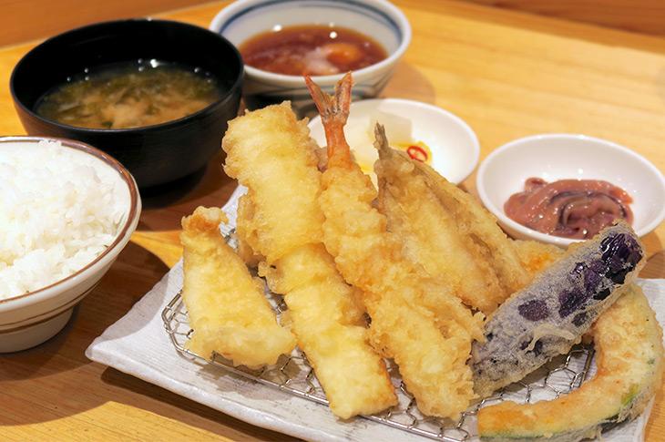 季節のおすすめの「鱧と丸なすの夏定食」1180円は、海老、鱧の梅肉和え、イカ、カレイ、しらすと三つ葉のかき揚げ、丸なす、舞茸の天ぷらが楽しめるボリューミーなセット。