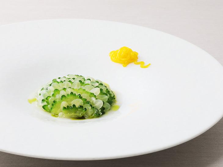 「ニガウリとシリアル」(アンドレ)ニガウリの苦味が軽やかにポリッジとあわさり、上品な味わいを口中に残す。見た目もエレガントな一皿