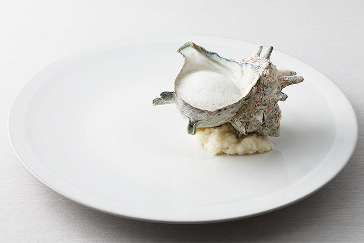 「貝類とハーブ」(リオネル)一見、シンプルなサザエの料理のようでいて、殻の中には、白いかや貝類、様々なハーブがつかわれている
