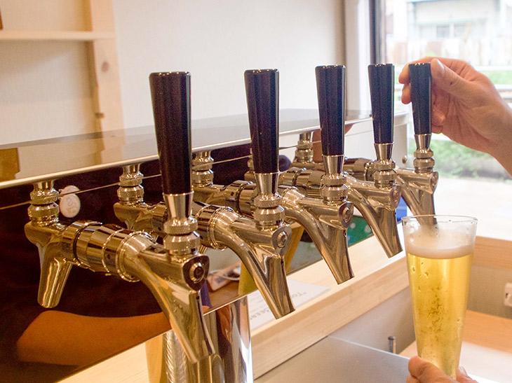 取材当日、タップに繋がれていたビールは栃木「BLUE MAGIC」「ろまんちっく村」、大阪「MARCA」、青森「Be easy Brewing」など。グラスのサイズはS(200ml)、M(380ml)の2種。ビールによって価格は異なります