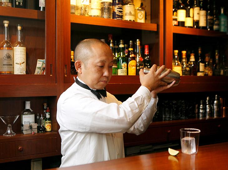 オーナーの伊藤大輔さん。銀座の名店『スタア・バー』から同じ銀座の『ランド・バー』へ。2014年に新橋に移転した
