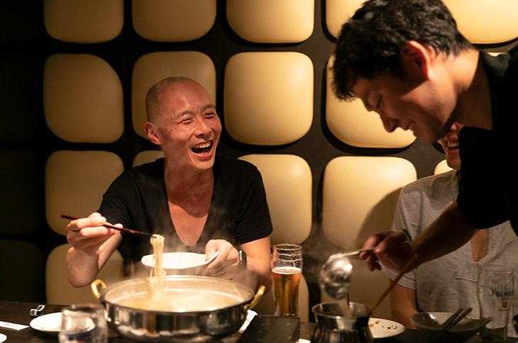 『はっこく』の佐藤博之さん。「白髪ねぎを豚バラ肉で巻いて食べると美味しいんですよ」