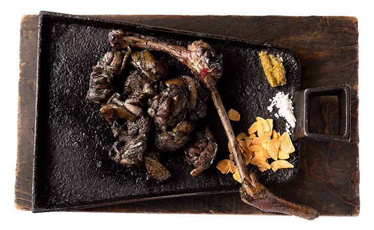 「〈霧島味鶏〉地鶏の炭火焼」1900円。刺身で食べられる地鶏を炭火で一気に焼き上げている