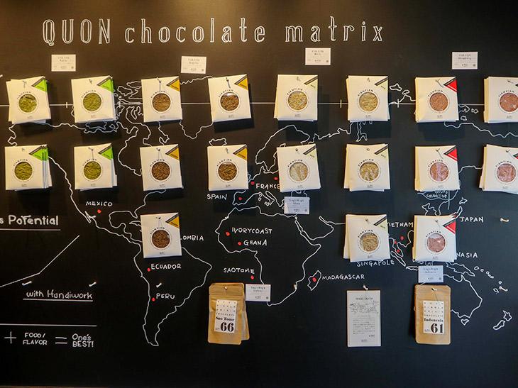 壁一面に貼られたチョコレート。店内はとってもおしゃれで、チョコレートのディスプレーは見ていてもテンションが上がります。このプロジェクトの仕掛け人は、多くの名門チョコレートを手がけるトップショコラティエの野口和男さん