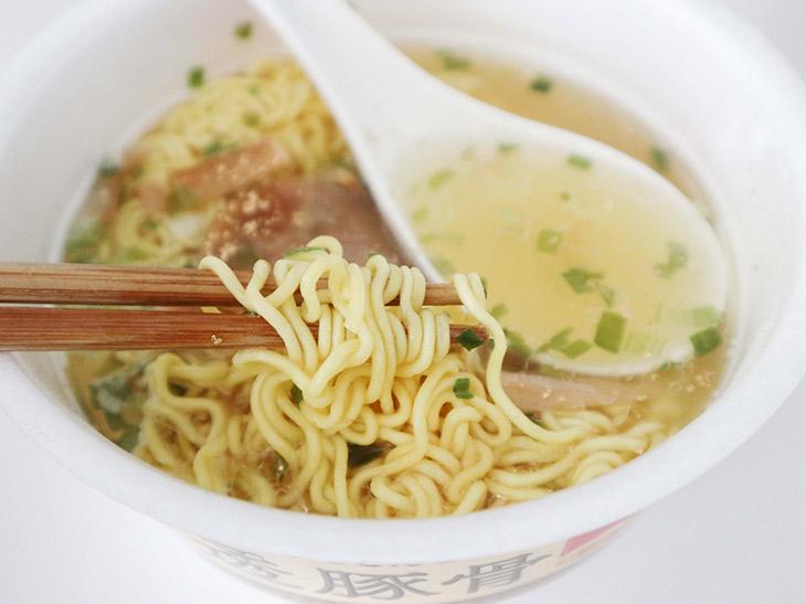 透明なスープに金粉。麺も金色に輝きます