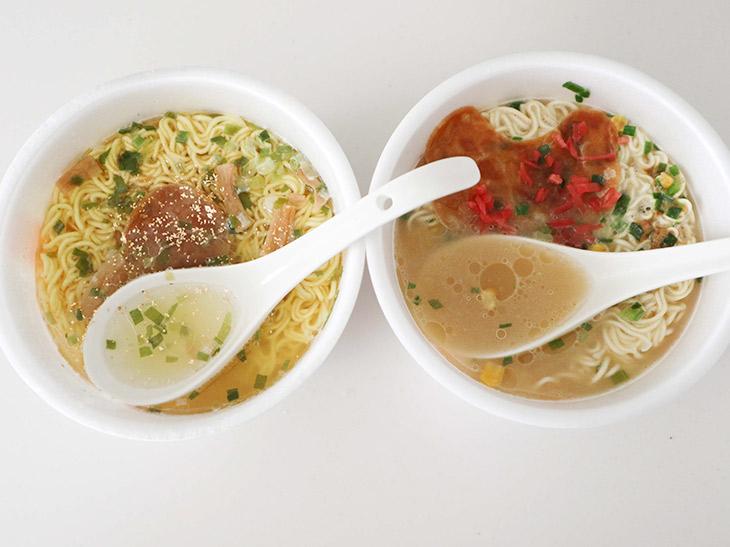 左が「透豚骨ラーメン」、右が「焼豚ラーメン」。スープの色が全然違います