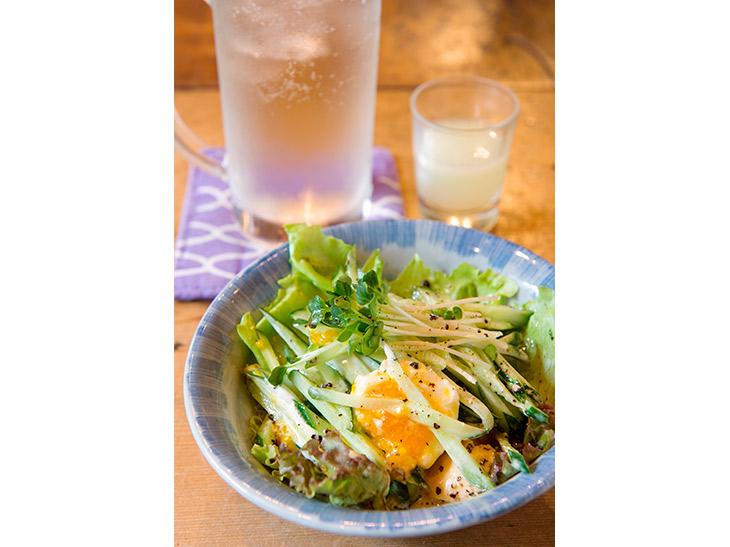煮卵サラダ400円。くずした煮卵とキュウリ、レタス。自家製ドレッシングでさっぱりと