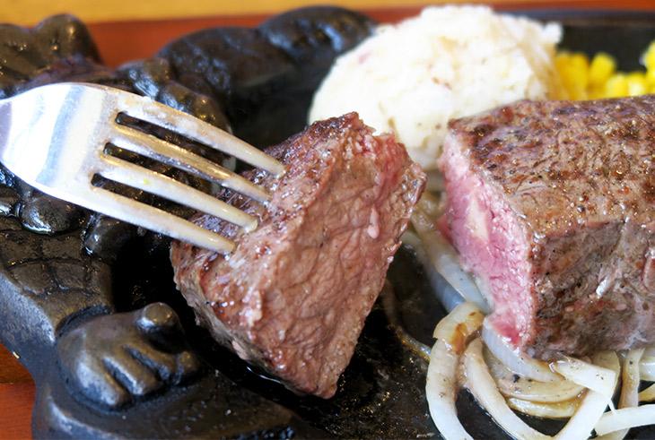 ミディアムレアで頼んだステーキを鉄板で焼き足しながら食べる。これだけあっさりしていれば300gは余裕で完食できる