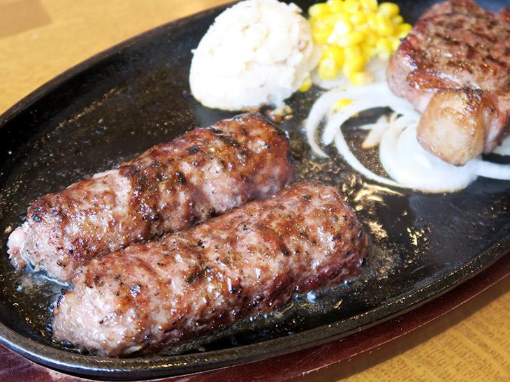 「炭焼き粗挽きビーフハンバーグ&《ウルグアイ産》炭焼き超厚切り熟成サーロインステーキ」(2178円)は、ハンバーグ210gとステーキ150gのセット。ハンバーグは席に運ばれてから半分にカットされる