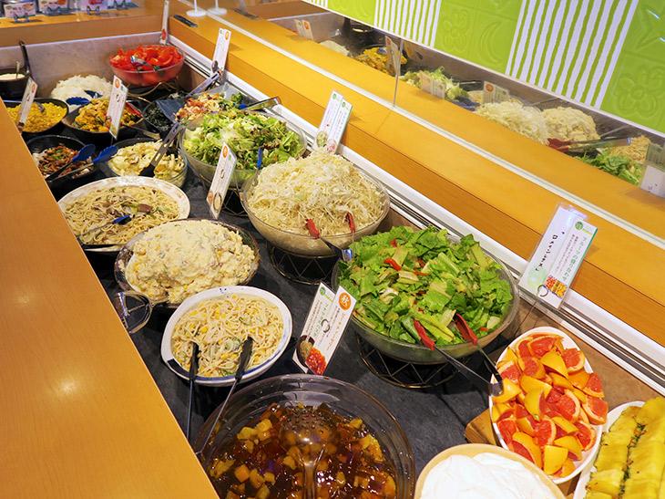 常時20種類以上のサラダや惣菜、デザートが並ぶ。サラダバー、大かまどごはん(魚沼産コシヒカリ使用)もしくはパン、コーンスープが付いた「ブロンコセット」(550円)と、サラダバーのみの「新鮮サラダバーセット」(432円)が選べる