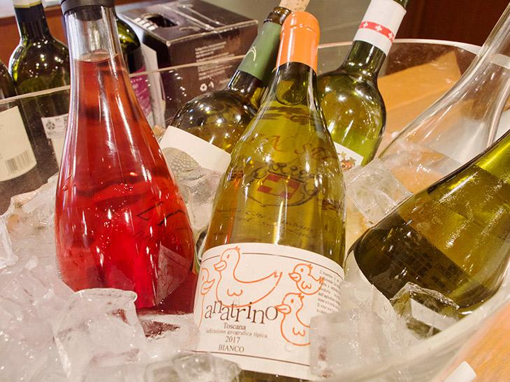 ワインはグラス550円~、ボトル2900円~。デキャンタもあり
