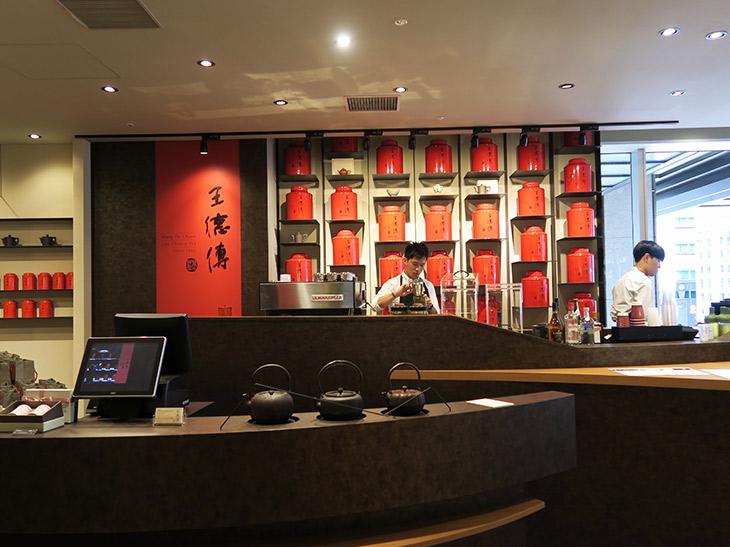 店内では茶師が淹れた台湾茶を楽しめるだけでなく、実際にさまざまな台湾茶が販売されている。茶器などの購入も可能