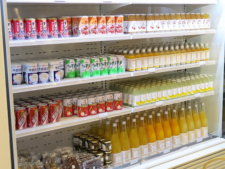 冷蔵庫内は輸入食品店のようなラインナップ。ほかにも、台湾の調味料や麺などが売られている