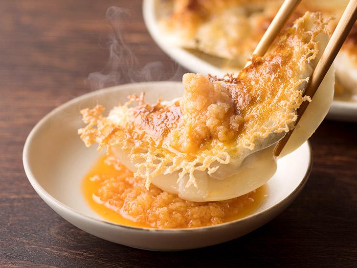 さっぱりと餃子の旨味を引き立てる「特製生姜ラー油」が付属。ニンニクを使用していないので、肉の旨味がストレートに感じられます