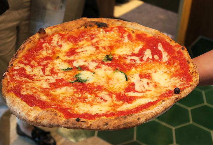 トマトソース、モッツァレラ、オリーブオイル、バジルを使った「アンティカ マルゲリータ」(1480円)