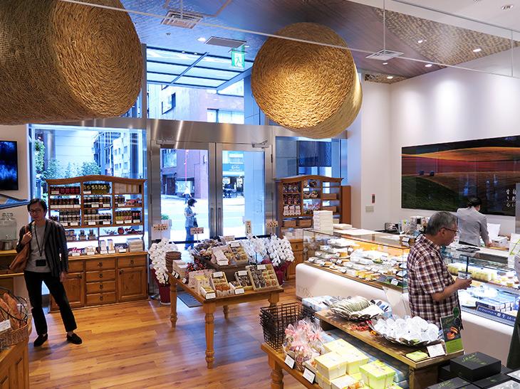 店内右手は洋菓子、左手はパンの販売スペースとなっている