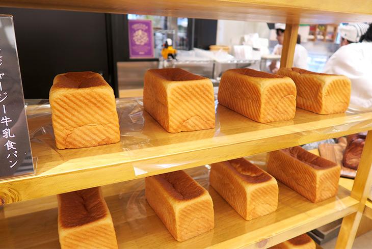 食パンのラインナップは「北海道ジャージー牛乳食パン」(600円)、「北海道バタークロワッサン食パン」(1000円)、「北海道熟成チーズ食パン」(450円)の3種類