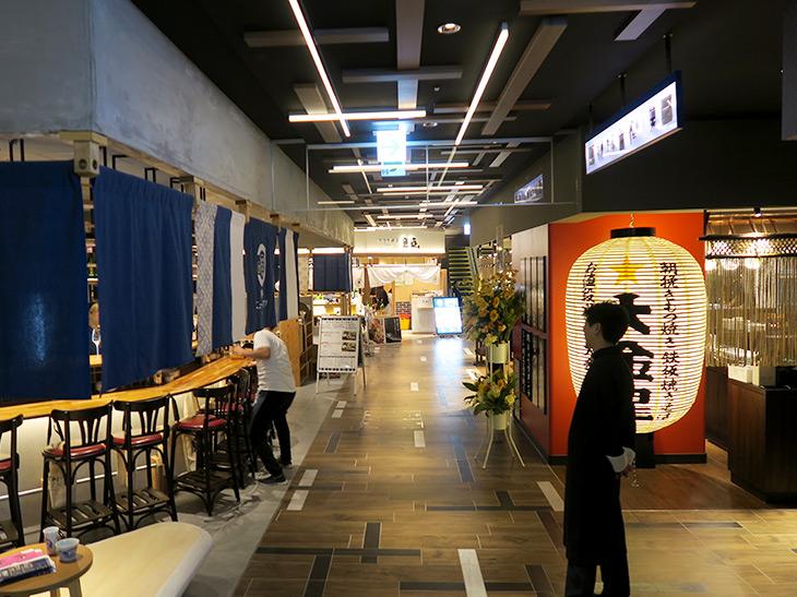 駅直結の地下1階フロア。屋台型の居酒屋やアジアンエスニック料理店、寿司居酒屋など気軽に入りやすい雰囲気の飲食店が多い