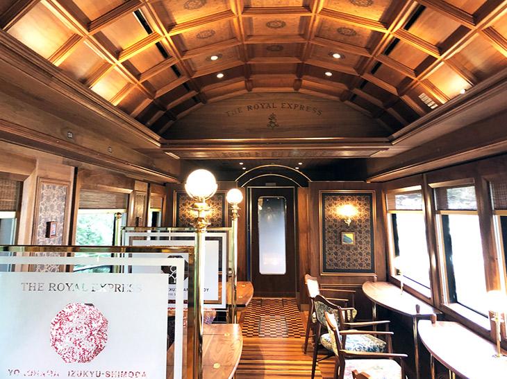 横浜~伊豆急下田間を運行する観光列車「THE ROYAL EXPRESS」。車窓からの風光明媚な景色と一流シェフ監修の料理が楽しめ、宿泊・観光を組み合わせた1泊2日の「クルーズプラン」もある