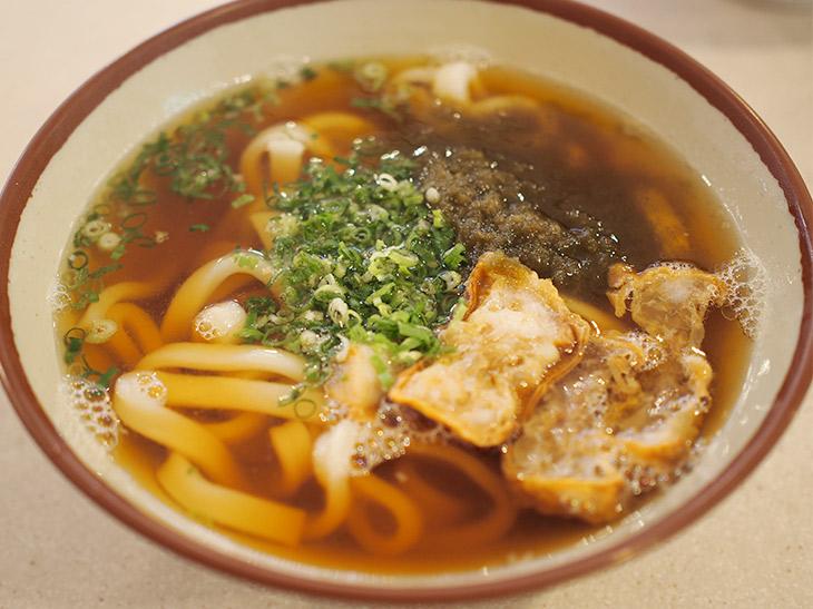 串カツ田中の「かすうどん」(640円・税抜)は、大阪の羽曳野で作られた油かすを使用している