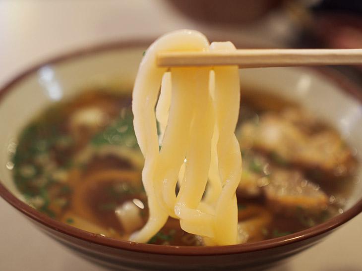 関西ではうどんは少し柔らかくして食べることが多く、「おうどん」と呼ぶ人が多い。京都出身の筆者はあまりかすうどんに馴染みがなかったものの、串カツ田中でそのおいしさに目覚めた