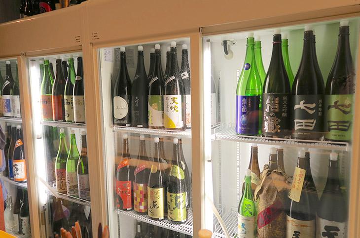 カウンター内に設置されたショーケースには佐賀県内の20以上の酒蔵の日本酒が並ぶ
