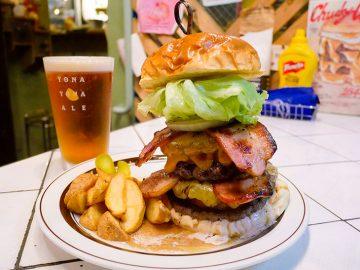 肉汁溢れる21cmのタワーバーガー! 立川『デリッシャーズ』の「ファット ボブ」を食べてみた