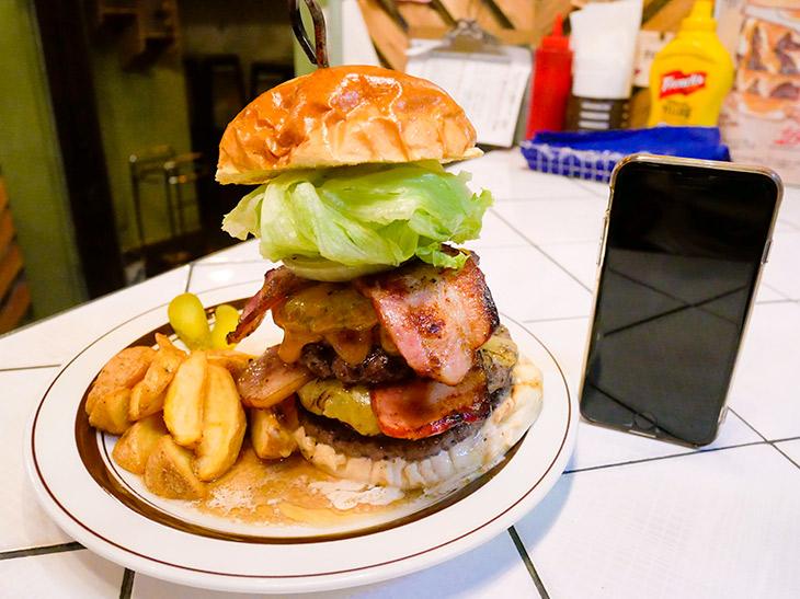 「FAT BOB(ファット ボブ)」2464円。撮影中も肉汁がとまらないっ! 早く食べねばっ!