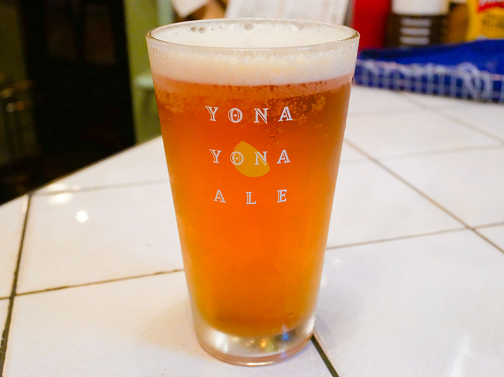 「ヨナヨナエール(生)」中グラス1100円。日替わりの生ビールも要チェック